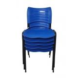 cadeira empilhável colorida